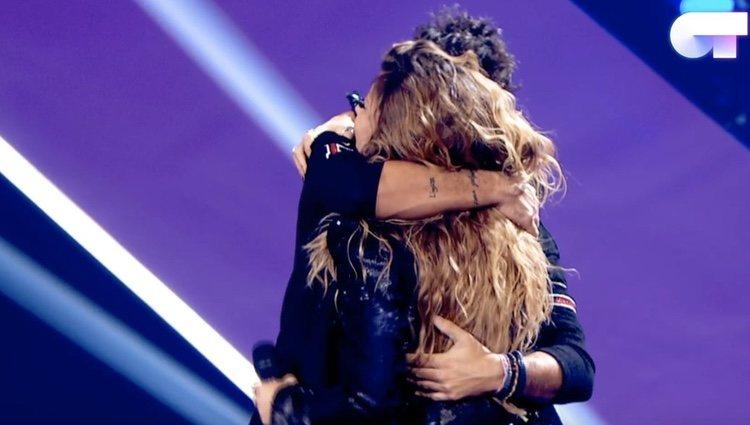 Pablo López y Miriam Rodríguez se abrazan tras la actuación / Foto: RTVE