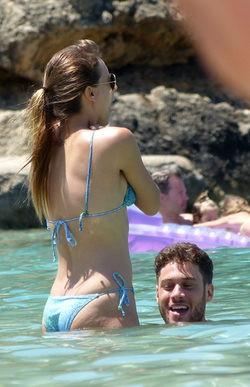 Michelle Jenner y José Lamuño, muy cómplices durante su chapuzón en Ibiza