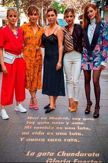 El reparto de 'Las chicas del cable' junto a una de las frases del Barrio de las Letras de Madrid / Twitter