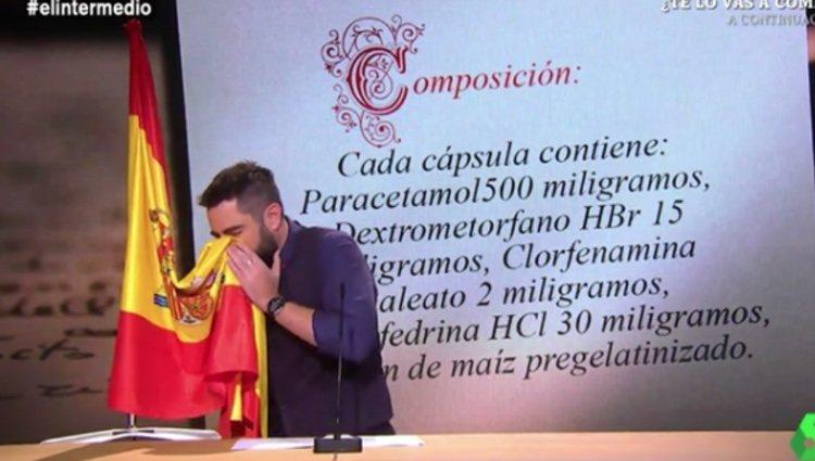 Dani Mateo sonándose los mocos con la bandera de España | Foto: La Sexta