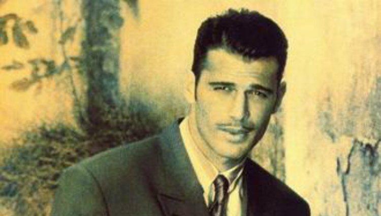 Carlos Lozano posando como modelo de Caramelo en los años noventa