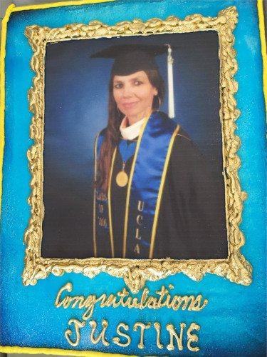Tarta de felicitación a Justine Bateman el día de su graduación/Foto:Instagram