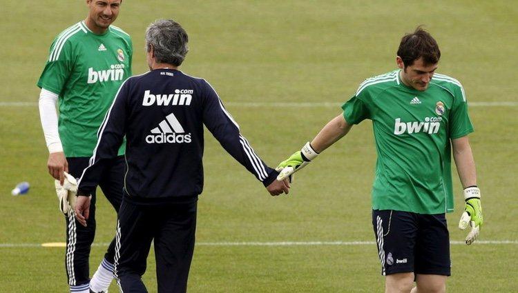 José Mourinho e Iker Casillas se saludan durante un entrenamiento
