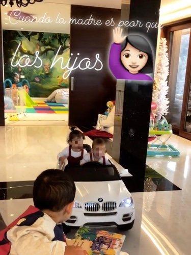 Los hijos de Georgina Rodríguez divirtiéndose con el mini-coche/ Foto: Instagram