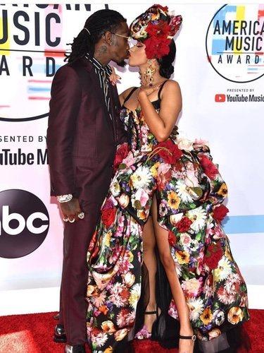 Foto de Cardi B y Offset en la alfombra roja de los American Music Award