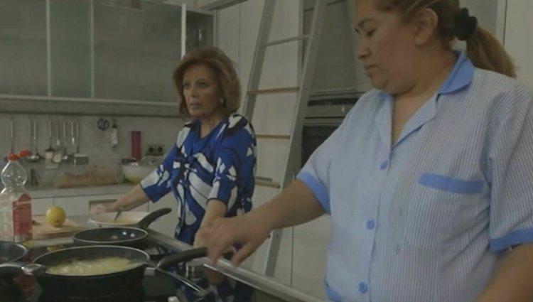 María Teresa Campos y su asistenta María en un capítulo de su programa |Foto:'Las Campos'