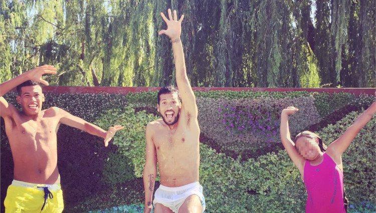 Ezequiel Garay junto a sus hermanos Benjamín y Jazmín en la piscina/Foto:Instagram