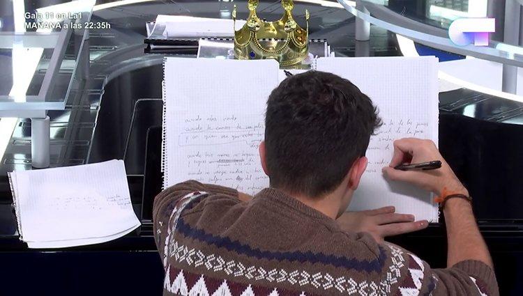 Durante los tres meses en OT, el cantante se pasaba horas en la sala del piano componiendo