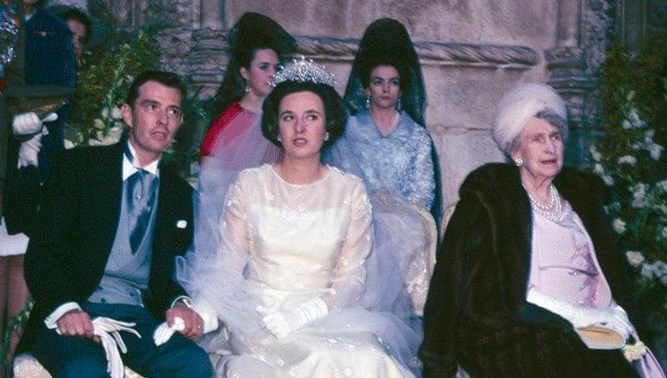 La Infanta Pilar y Luis Gómez-Acebo el día de su boda junto a la Reina Victoria Eugenia