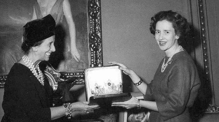 Carmen Polo entregando su regalo de boda a Fabiola de Bélgica