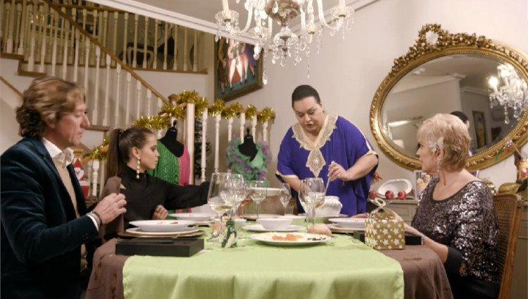 Gloria Camila ayuda a Falete a servir los platos en 'Ven a cenar conmigo'/Foto:Mitele