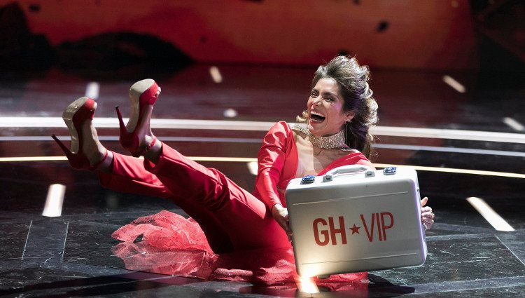 Miriam Saavedra se hace son el maletín de 'GH VIP 6' | Twitter @ghoficial