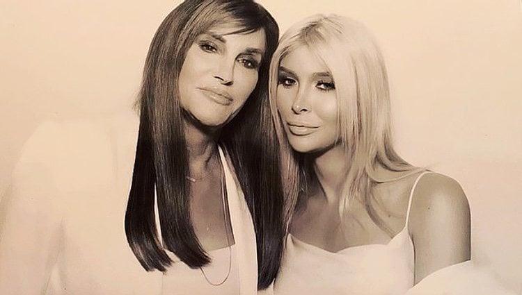 Caitlyn Jenner y Sophia Hutchins en el fotomatón de la fiesta | Foto: Instagram