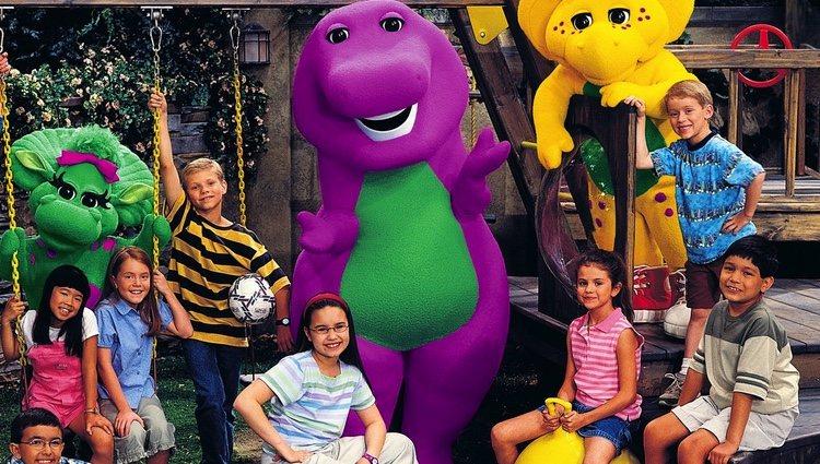 Demi Lovato con gafas y Selena Gómez con camiseta a rayas rosa, juntas en 'Barney y sus amigos'   Foto: PBS.org