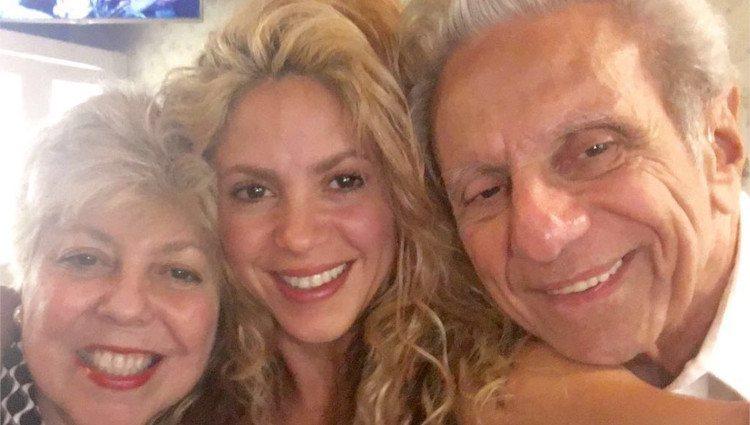 Shakira posa muy sonriente junto a sus padres/Foto:Instagram