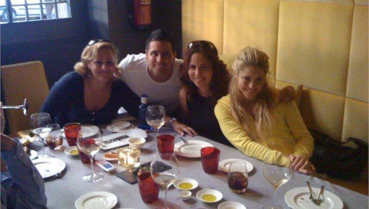 Patricia, Lucila, Tonino y Shakira Mebarak disfrutan juntos de una velada/Foto:Facebook