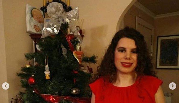 Carla Vigo posando junto a un árbol de Navidad con el retrato de la Princesa Leonor detrás | Foto: Instagram