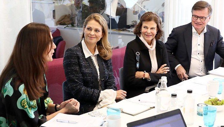 La Reina Silvia y Magdalena de Suecia en una reunión de la World Childhood Foundation