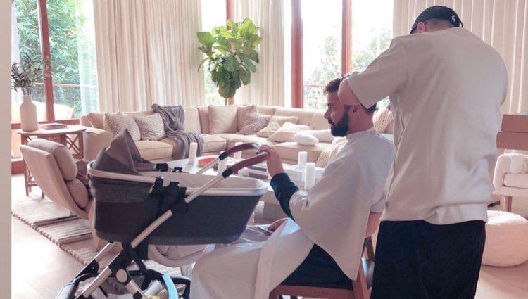 Ricky Martin cortándose el pelo y cuidando de su hija/ Foto. Instagram