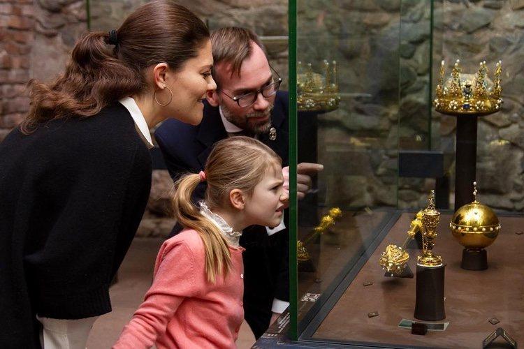 Victoria de Suecia y su hija Estela visitan el Tesoro Real