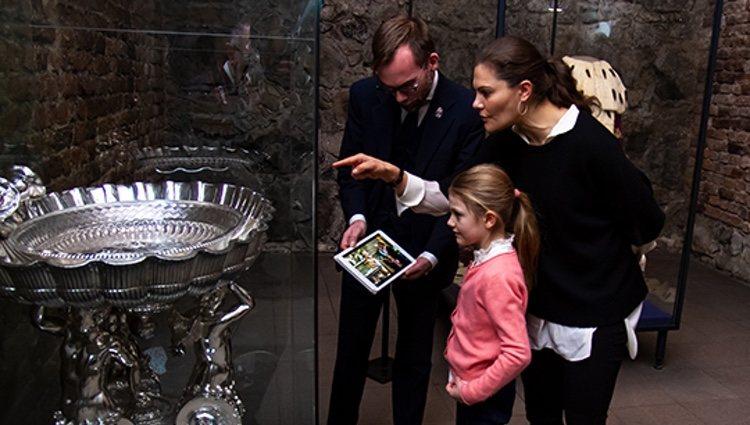 Estela de Suecia ante la fuente de plata en la que fue bautizada