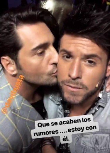 Bustamante dando un beso a Pablo López/ Foto: Instagram