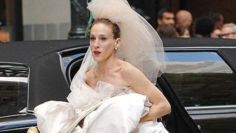 Carrie huyendo con su vestido de novia
