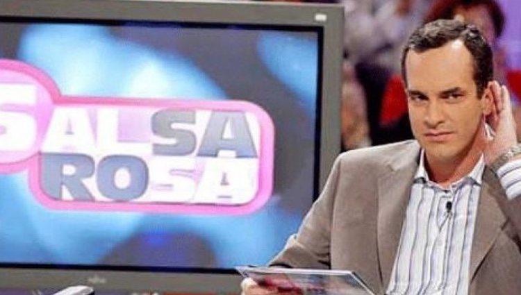 Santi Acosta presentando 'Salsa Rosa' | Twitter