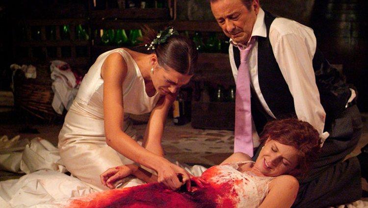 Silvia muere desangrada acompañada de su mujer y su padre en 'Los hombres de Paco'