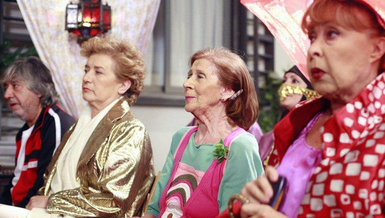 De izquierda a derecha, Vicente, Goya, Izaskun y Mari Tere en una boda en 'La que se avecina'