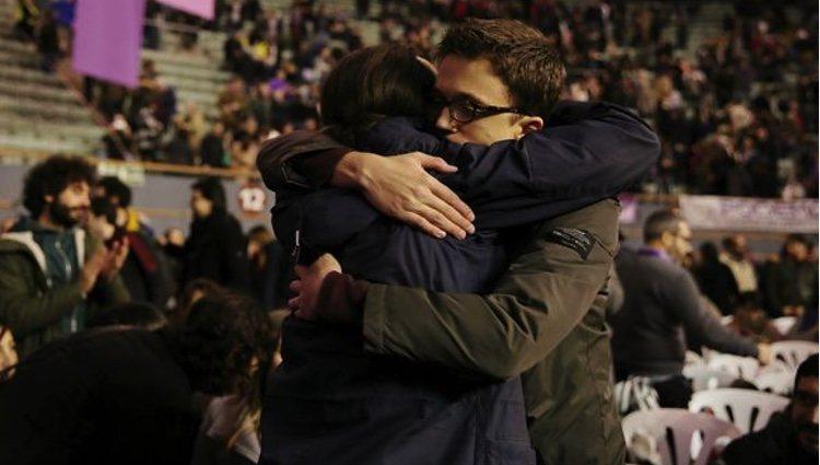 Íñigo Errejón y Pablo Iglesias se abrazan en Vistalegre II