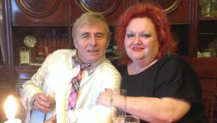 Tony Genil con una amiga amiga en una de sus fotos recientes | Facebook