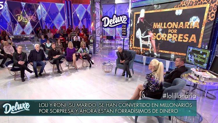 Loli Álvarez y Roni Santas junto a los colaboradores en 'Sábado Deluxe' / Foto: Telecinco.es