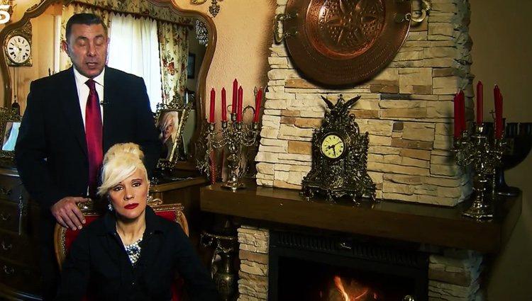 Vídeo donde enseñan los papeles y fotos del padre de Roni Santos / Foto: Telecinco.es