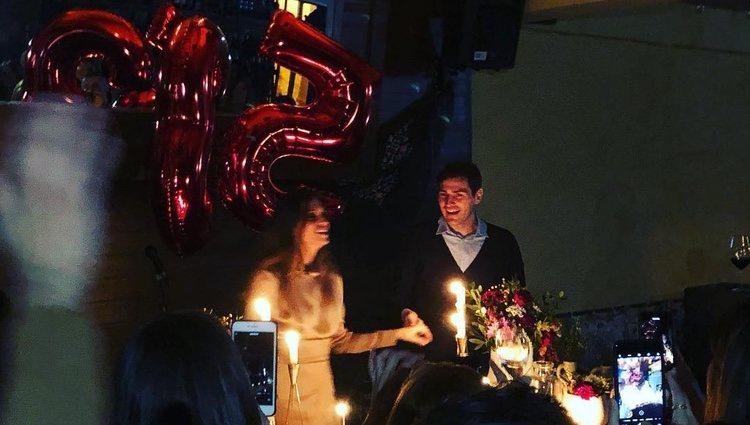 Sara Carbonero con Iker Casillas cortando su tarta de cumpleaños / Instagram
