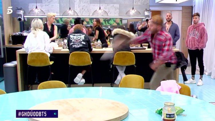 Kiko Rivera rompe un plato contra el suelo tras la pulla de Ylenia | telecinco.es