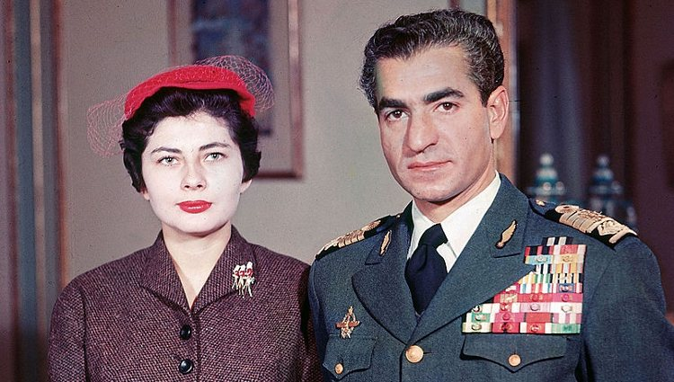 Soraya Esfiandary y el Sah Mohamed Reza Pahlavi tras anunciar su compromiso