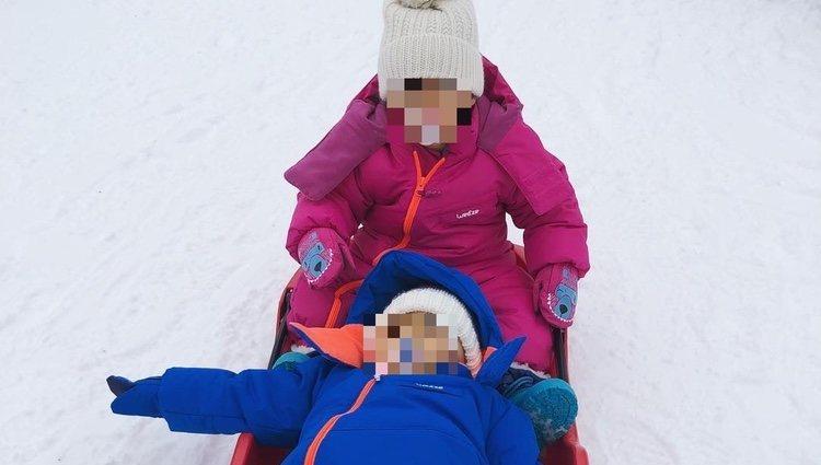 Eva María y Mateo en la nieve | Foto: @georginagio