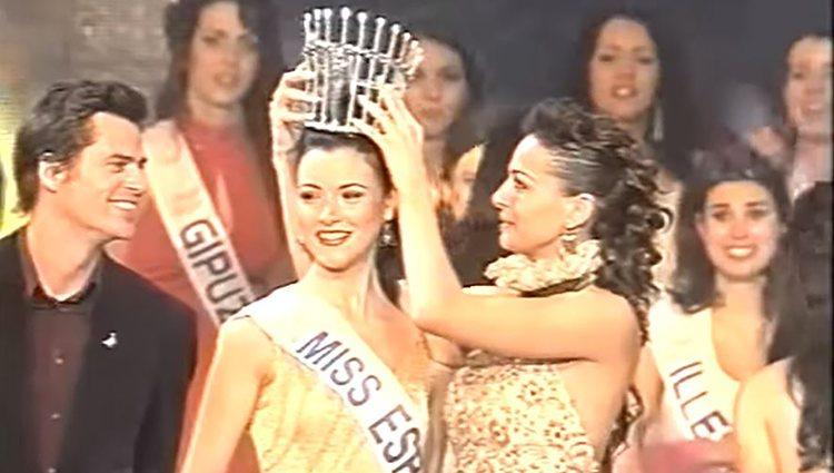 Eva González dándole la corona a María Jesús