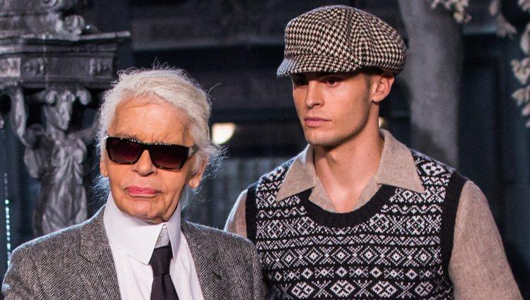 Karl Lagerfeld y Baptiste Giabiconi saludando tras un desfile