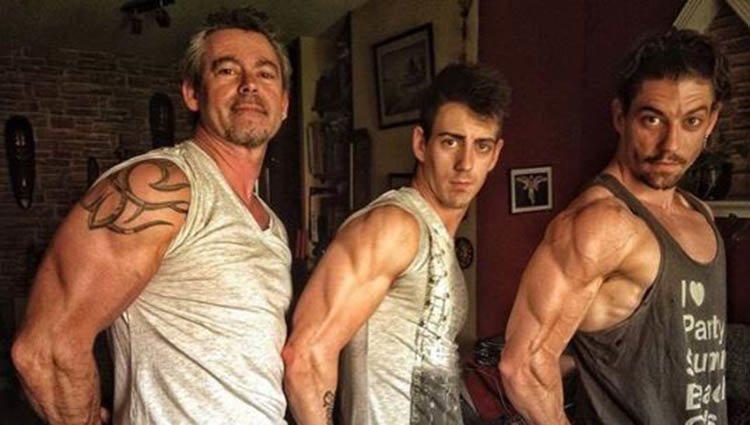 El actor madrileño junto a su padre y hermano enseñando músuclo   Foto: Instagram Adrián Lastra