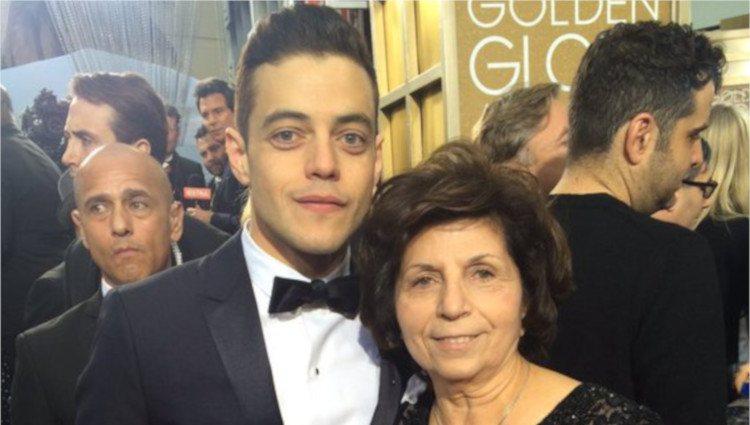 Rami Malek y su madre en los Globos de Oro 2016/Foto: Twitter