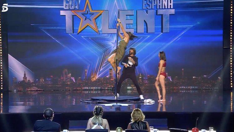 Paz Padilla intentando hacer pole dance en 'Got Talent'