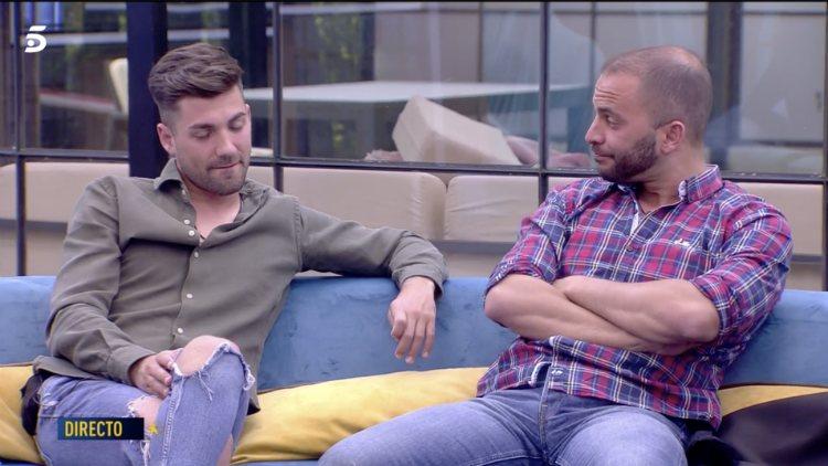 Antonio sonríe a Alejandro de manera cómplice mientras Sofía habla de sus celos |telecinco.es