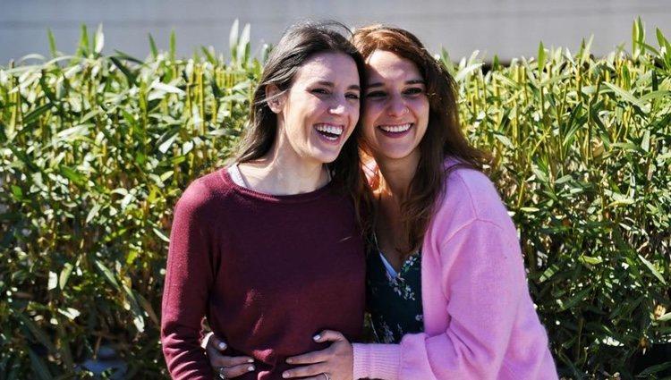 Irene Montero luciendo embarazo al lado de una amiga/ Foto: Instagram