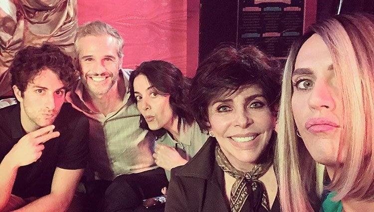 Paco León y Cecilia Suárez junto a otros actores de 'La casa de las flores' / Instagram
