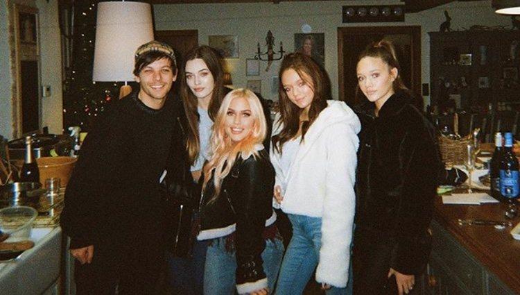 Louis Tomlinson con todas sus hermanas | Foto: Instagram