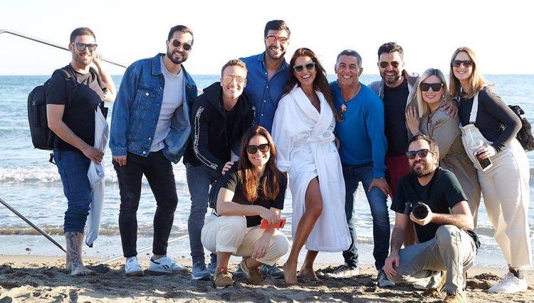 Paula Echevarría rodeada de todo el equipo de una sesión de fotos/ Foto: Instagram