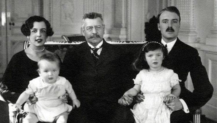 Luis II de Mónaco con los Duques de Valentinois y los príncipes Rainiero y Antoinette | Pinterest