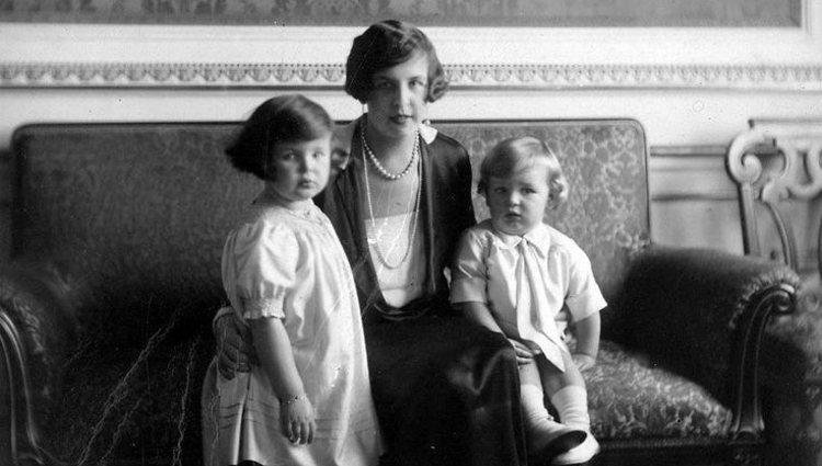 La Princesa Carlota de Mónaco con sus hijos Rainiero y Antoinette | Pinterest